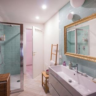 Esempio di una stanza da bagno con doccia design di medie dimensioni con ante lisce, ante bianche, doccia ad angolo, piastrelle in ceramica, porta doccia scorrevole e piastrelle blu