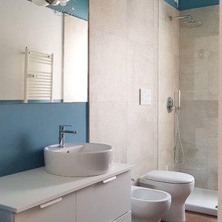 Пример оригинального дизайна: ванная комната среднего размера в современном стиле с плоскими фасадами, белыми фасадами, душем без бортиков, раздельным унитазом, бежевой плиткой, керамогранитной плиткой, синими стенами, полом из керамогранита, настольной раковиной, столешницей из ламината, коричневым полом и белой столешницей