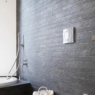 Salle de bain avec une baignoire d\'angle et un sol en bois clair ...