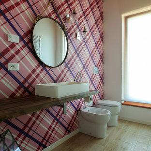 Idee per una stanza da bagno moderna di medie dimensioni con bidè, pareti rosa, pavimento in legno massello medio, lavabo a bacinella, top in legno e pavimento beige