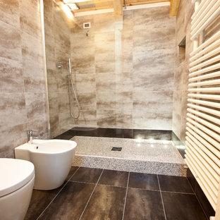 Foto de cuarto de baño con ducha, moderno, de tamaño medio, con puertas de armario beige, ducha doble, sanitario de dos piezas, baldosas y/o azulejos grises, baldosas y/o azulejos de porcelana, paredes grises, suelo de baldosas de porcelana, lavabo sobreencimera y encimera de madera