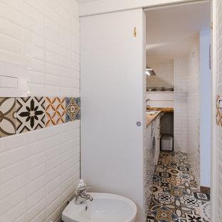 Imagen de cuarto de baño con ducha, ecléctico, pequeño, con armarios abiertos, puertas de armario de madera clara, baldosas y/o azulejos naranja, baldosas y/o azulejos de porcelana, encimera de madera y encimeras marrones