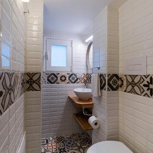 Imagen de cuarto de baño con ducha, bohemio, pequeño, con armarios abiertos, puertas de armario de madera clara, baldosas y/o azulejos naranja, baldosas y/o azulejos de porcelana, encimera de madera y encimeras marrones