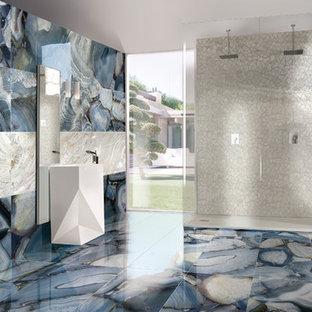Idee per un'ampia stanza da bagno padronale design con vasca freestanding, piastrelle blu, piastrelle in gres porcellanato, pavimento in gres porcellanato, pavimento blu, doccia aperta e doccia aperta