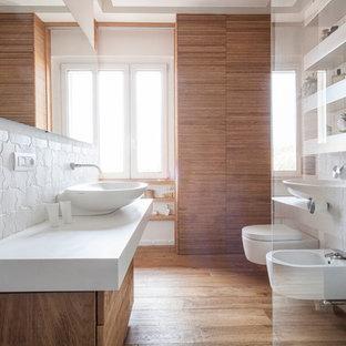Foto di una stanza da bagno moderna di medie dimensioni con ante lisce, ante in legno chiaro, WC sospeso, piastrelle bianche, piastrelle in ceramica, pareti bianche, parquet chiaro e lavabo a bacinella