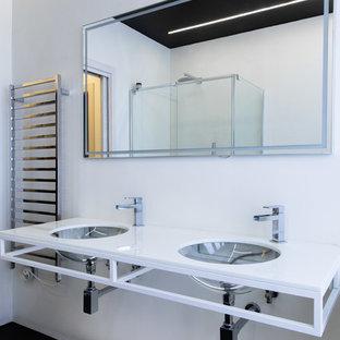 Idee per una stanza da bagno moderna con pareti bianche, lavabo sottopiano, pavimento nero e top bianco