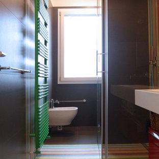 Idee per una stanza da bagno con doccia design di medie dimensioni con ante lisce, ante rosse, doccia a filo pavimento, piastrelle marroni, piastrelle in gres porcellanato e top in superficie solida