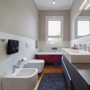 Aménagement d'une petit salle de bain principale contemporaine avec un placard à porte plane, des portes de placard noires, une baignoire sur pieds, un combiné douche/baignoire, un bidet, un carrelage blanc, des carreaux de céramique, un mur beige, aucune cabine, un sol en bois brun, un lavabo intégré, un plan de toilette en bois, un sol beige et un plan de toilette marron.