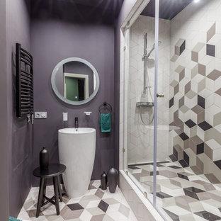 Modernes Badezimmer mit weißen Schränken, Duschnische, grauen Fliesen, lila Wandfarbe, Sockelwaschbecken und Schiebetür-Duschabtrennung in Mailand