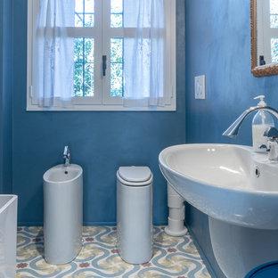 Diseño de cuarto de baño principal, urbano, pequeño, con bañera exenta, sanitario de dos piezas, paredes azules, suelo de mármol, lavabo suspendido y suelo multicolor