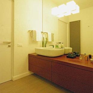 Idee per una stanza da bagno moderna con ante rosse, pareti bianche e lavabo a bacinella