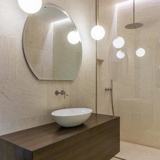 Foto di una stanza da bagno minimalista con ante lisce, ante in legno bruno, doccia a filo pavimento, piastrelle beige, pareti beige, lavabo a bacinella, top in legno, pavimento beige, doccia aperta e top beige