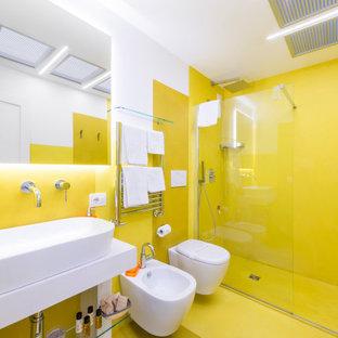 Idéer för mellanstora funkis vitt badrum med dusch, med vita skåp, en kantlös dusch, en vägghängd toalettstol, gula väggar, betonggolv, bänkskiva i betong, gult golv, med dusch som är öppen, öppna hyllor och ett fristående handfat