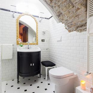 Idee per una stanza da bagno mediterranea di medie dimensioni con ante con riquadro incassato, ante nere, pareti bianche, lavabo integrato, piastrelle bianche, piastrelle diamantate e pavimento con piastrelle in ceramica