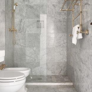 Idee per una stanza da bagno classica con doccia alcova, piastrelle grigie, pavimento grigio e doccia aperta