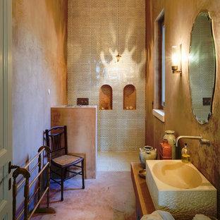Foto di una stanza da bagno mediterranea con doccia alcova, pareti marroni, lavabo a bacinella, top in legno e pavimento marrone