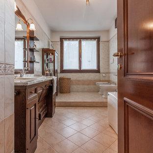 Idee per una stanza da bagno con doccia mediterranea con ante con bugna sagomata, ante in legno bruno, bidè, pareti beige, pavimento beige e lavabo da incasso
