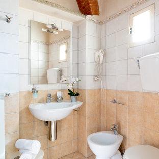 Idee per una stanza da bagno con doccia mediterranea di medie dimensioni con WC monopezzo, piastrelle beige, piastrelle bianche, piastrelle in gres porcellanato, pavimento in gres porcellanato, lavabo sospeso e pavimento beige