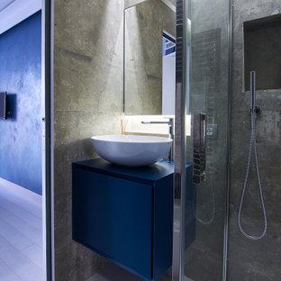 Ispirazione per una piccola stanza da bagno con doccia design con ante lisce, ante blu, doccia ad angolo, piastrelle grigie, lavabo a bacinella, pavimento grigio, porta doccia a battente, top blu, nicchia, un lavabo e mobile bagno sospeso