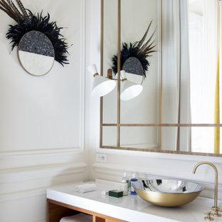 Ejemplo de cuarto de baño principal, actual, grande, con armarios tipo mueble, puertas de armario de madera oscura, paredes blancas, suelo de terrazo, lavabo sobreencimera, suelo blanco y encimeras blancas
