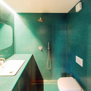 Immagine di una piccola stanza da bagno con doccia minimal con ante blu, doccia aperta, WC sospeso, piastrelle a mosaico, pareti blu, pavimento con piastrelle a mosaico, lavabo da incasso, top piastrellato, pavimento blu, doccia aperta, top blu e piastrelle blu