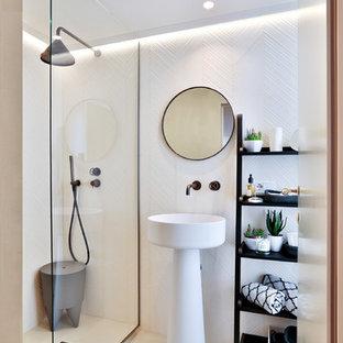 Immagine di una stanza da bagno minimal con doccia a filo pavimento, piastrelle bianche, pareti bianche, lavabo a colonna, pavimento bianco e doccia aperta