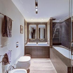 Ispirazione per una grande stanza da bagno padronale design con ante lisce, WC sospeso, piastrelle marroni, piastrelle in gres porcellanato, pareti beige, pavimento in gres porcellanato, ante marroni, vasca sottopiano e lavabo a bacinella