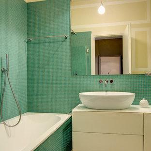 Esempio di una stanza da bagno minimal di medie dimensioni con ante lisce, ante beige, vasca da incasso, piastrelle verdi, piastrelle a mosaico, lavabo a bacinella, top bianco, vasca/doccia, pareti multicolore e pavimento beige