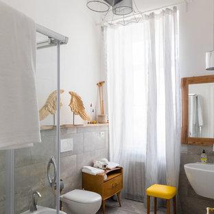 Ispirazione per una stanza da bagno con doccia contemporanea di medie dimensioni con doccia ad angolo, piastrelle grigie, lastra di pietra, pareti bianche e lavabo sospeso
