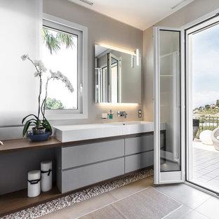 Esempio di una stanza da bagno padronale contemporanea con ante lisce, ante grigie, pareti grigie, top in legno, pavimento grigio e top marrone