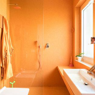 Eklektisches Duschbad mit orangefarbenen Schränken, offener Dusche, Wandtoilette mit Spülkasten, orangefarbenen Fliesen, Mosaikfliesen, oranger Wandfarbe, hellem Holzboden, Aufsatzwaschbecken, gefliestem Waschtisch, offener Dusche und oranger Waschtischplatte in Rom