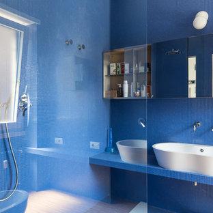 Стильный дизайн: ванная комната в стиле фьюжн с синими фасадами, открытым душем, раздельным унитазом, синей плиткой, плиткой мозаикой, синими стенами, светлым паркетным полом, душевой кабиной, настольной раковиной, столешницей из плитки, открытым душем и синей столешницей - последний тренд