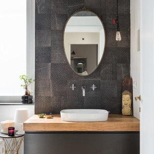 Ispirazione per una stanza da bagno padronale contemporanea con ante lisce, ante nere, piastrelle in gres porcellanato, pareti bianche, parquet chiaro, lavabo a bacinella, top in legno, top marrone, piastrelle nere e pavimento marrone