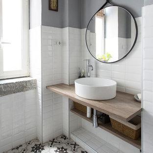 Idee per una stanza da bagno con doccia nordica di medie dimensioni con nessun'anta, piastrelle bianche, lavabo a bacinella, top in legno, top marrone, ante in legno scuro, piastrelle diamantate, pareti rosse e pavimento multicolore