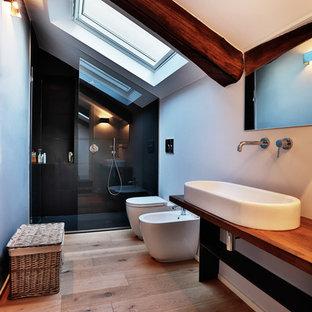 Foto di una stanza da bagno con doccia minimal di medie dimensioni con doccia alcova, bidè, pareti bianche, pavimento in legno massello medio, top in legno, lavabo rettangolare, doccia aperta e top marrone