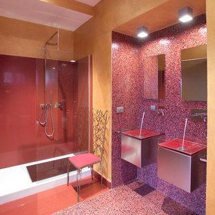 Foto di una stanza da bagno minimal con ante lisce, ante grigie, doccia alcova, piastrelle rosse, piastrelle a mosaico, pareti gialle, pavimento con piastrelle a mosaico, lavabo integrato, pavimento rosso e doccia aperta