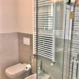 Imagen de cuarto de baño con ducha, contemporáneo, de tamaño medio, con ducha esquinera, sanitario de pared, baldosas y/o azulejos multicolor, azulejos en listel, paredes rosas, suelo de baldosas de porcelana, lavabo suspendido, suelo rosa y ducha con puerta corredera