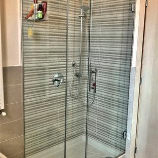 Ejemplo de cuarto de baño con ducha, contemporáneo, de tamaño medio, con ducha esquinera, baldosas y/o azulejos multicolor, azulejos en listel, suelo de baldosas de porcelana, lavabo suspendido, suelo rosa y ducha con puerta corredera