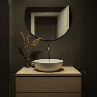 Immagine di una stanza da bagno con doccia minimal di medie dimensioni con ante lisce, ante in legno chiaro, pareti bianche, lavabo a bacinella, top in legno, pavimento nero, top beige e mobile bagno sospeso