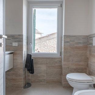 Foto di una piccola stanza da bagno con doccia stile rurale con ante lisce, ante in legno chiaro, piastrelle multicolore, piastrelle in gres porcellanato, pareti bianche, pavimento in gres porcellanato e pavimento beige
