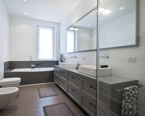 Esempio di una stanza da bagno contemporanea con ante grigie, vasca da ...