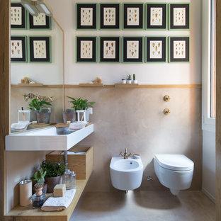Пример оригинального дизайна: ванная комната в морском стиле с открытыми фасадами, светлыми деревянными фасадами, инсталляцией, консольной раковиной и серым полом