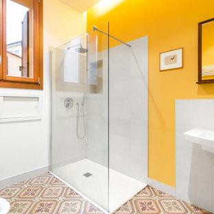 Esempio di una stanza da bagno mediterranea