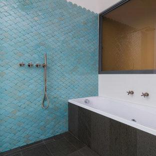Foto di una grande stanza da bagno con doccia moderna con nessun'anta, ante grigie, vasca da incasso, doccia a filo pavimento, piastrelle blu, piastrelle in terracotta, pareti bianche, pavimento con piastrelle in ceramica, pavimento grigio e doccia aperta