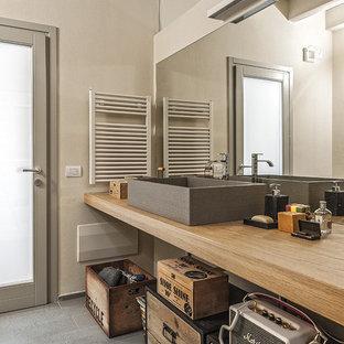 Esempio di una stanza da bagno mediterranea con pareti grigie, lavabo a bacinella, top in legno, pavimento grigio e top beige
