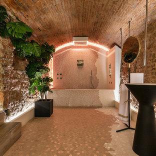 Ispirazione per una stanza da bagno padronale minimal con vasca ad alcova, vasca/doccia, pareti marroni e pavimento marrone