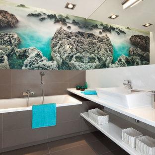 Esempio di una stanza da bagno con doccia minimal di medie dimensioni con piastrelle marroni, piastrelle in gres porcellanato, pavimento in gres porcellanato, pavimento marrone, vasca da incasso e lavabo a bacinella