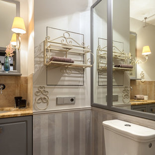 Modelo de cuarto de baño romántico, pequeño, con puertas de armario grises, baldosas y/o azulejos de cerámica, suelo de baldosas de porcelana, encimera de mármol, suelo beige, encimeras amarillas, sanitario de dos piezas, armarios con paneles con relieve, paredes blancas y lavabo bajoencimera