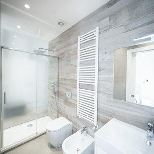 Ispirazione per una stanza da bagno con doccia minimalista con ante lisce, ante bianche e doccia alcova