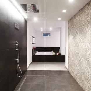 Foto di un'ampia stanza da bagno padronale contemporanea con doccia alcova, piastrelle multicolore, pareti bianche, pavimento in gres porcellanato, pavimento grigio e doccia aperta